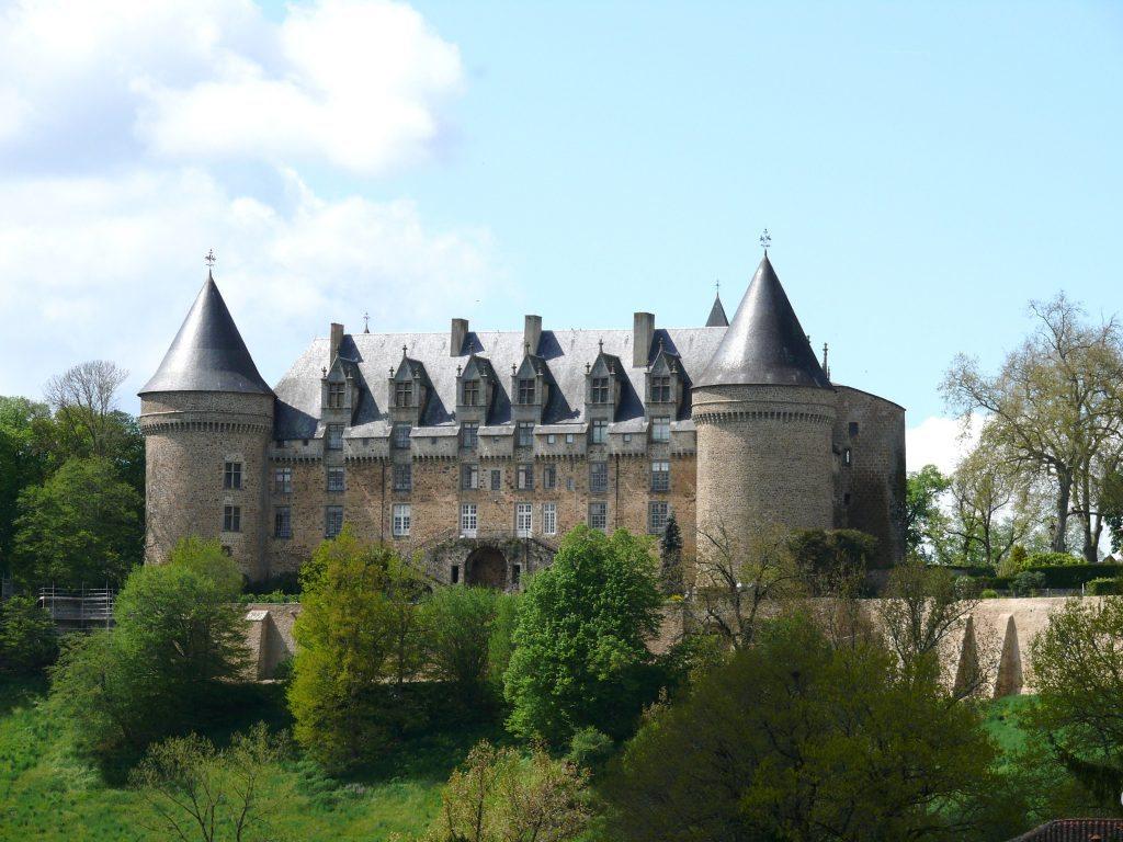 25 Château de Rochechouart www.talkinfrench.com