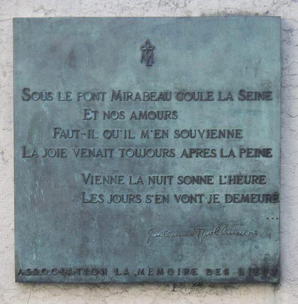 Plaque_Sous_le_pont_Mirabeau_coule_la_Seine,_Paris_16