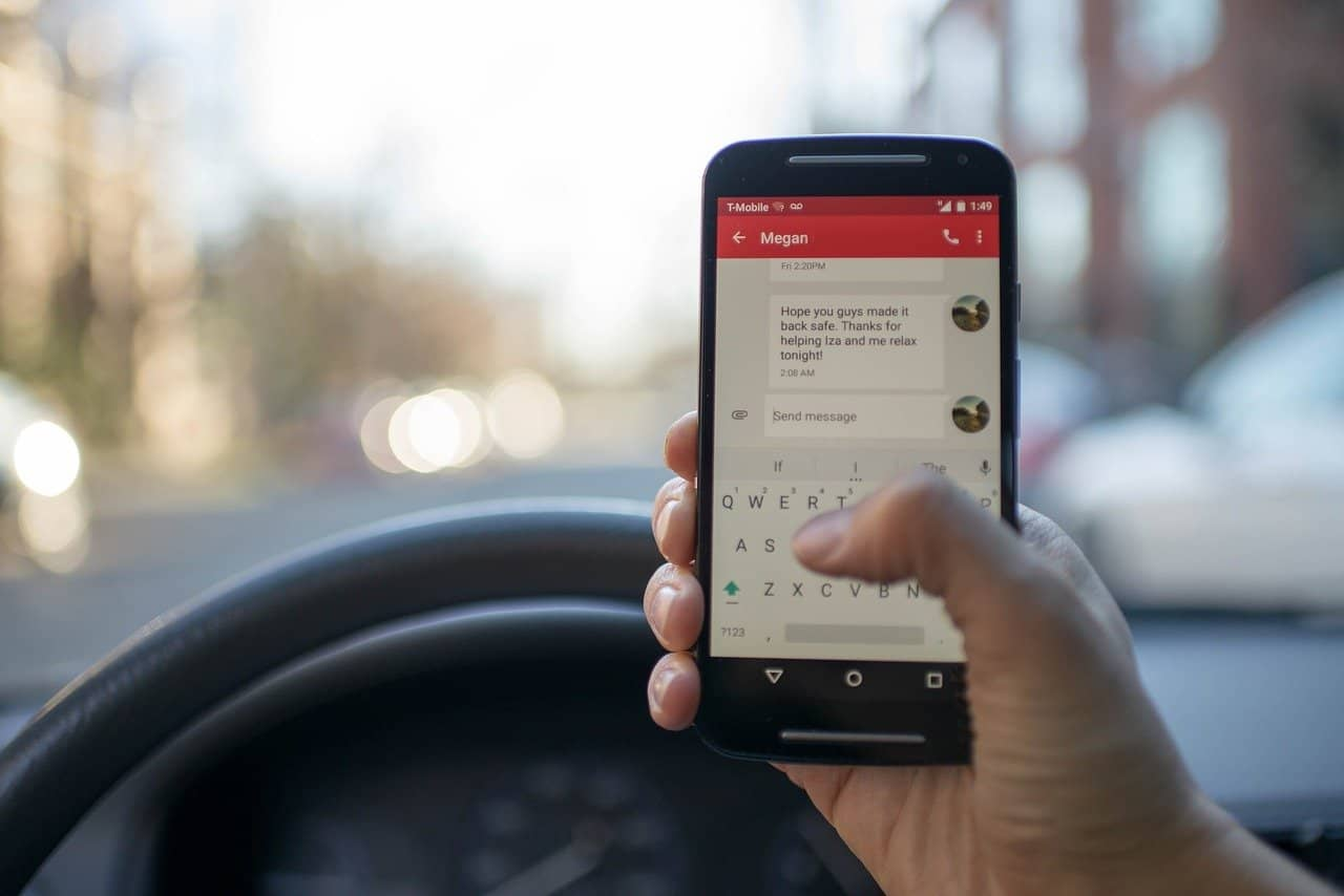 TalkInFrench.com-phone-driving